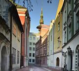 Średniowieczna ulica w starym Ryskim mieście, Latvia, Europa - 76705333