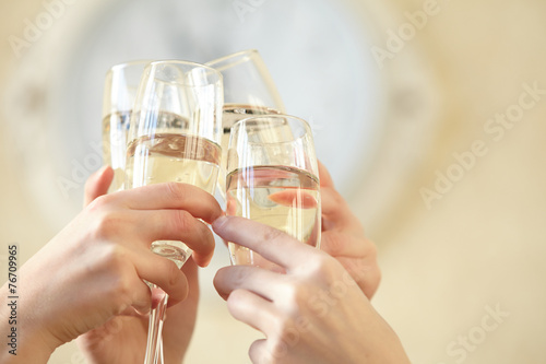 Stampa su Tela Glasses of champagne in female hands on a party