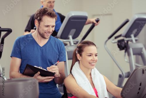 Fotografie, Obraz  fitness-trainer notiert ergebnisse in den unterlagen