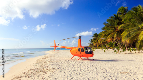 Fotobehang Helicopter Helicopter on caribbean beach
