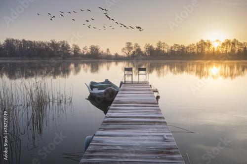 Fototapeta łódka zacumowana zimą do drewnianego pomostu obraz