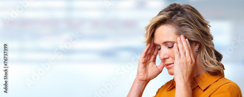Fotografía  Woman having headache migraine.
