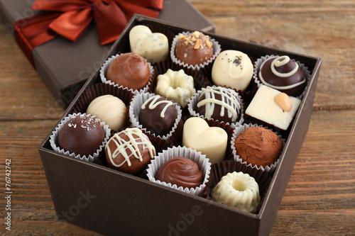 pyszne-czekoladowe-cukierki-w-pudelku