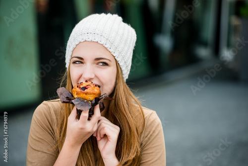 Obraz na płótnie Teenager eating  muffin