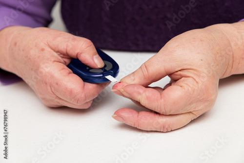 Seniorin Misst Zucker Mit Zuckermessgerät Buy This Stock Photo And