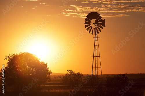 Fotografía  Windmill in the outback of Queensland