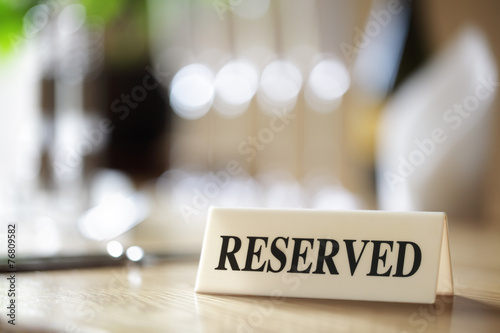Canvastavla Reserved sign on restaurant table