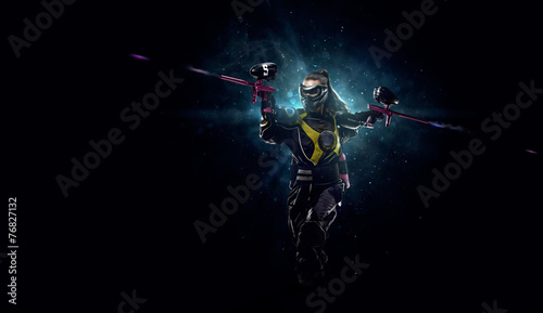 Photo  Paintball player is playing the game