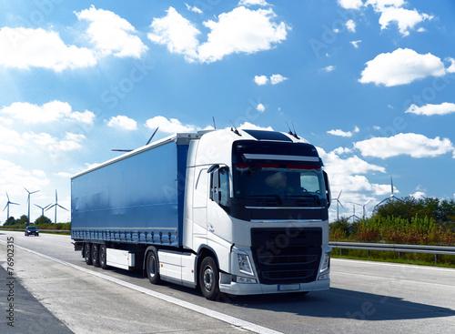 fototapeta na lodówkę LKW auf Autobahn // Ciężarówka na autostradzie