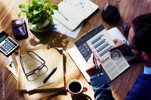 Fotografía  Planificación concepto de negocios que trabaja de equilibrio financiero