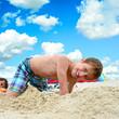 Junge spielt im Sand