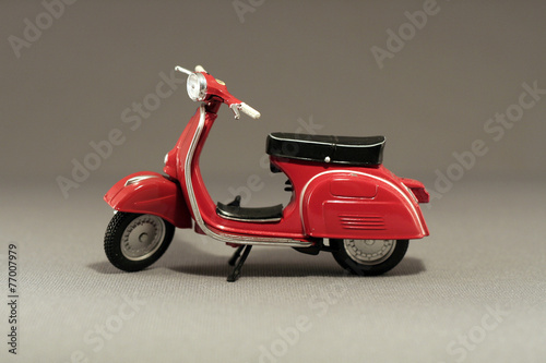Foto op Canvas Scooter Scooter antíguo rojo aislado en gris