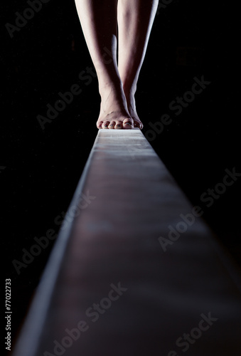 Fotomural feet of gymnast on balance beam