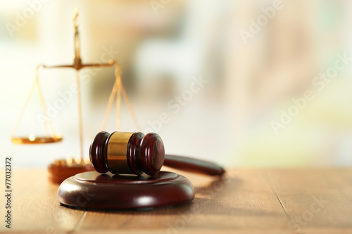Photographie Wooden judges gavel on wooden table, close up