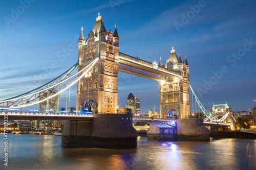 Poster Londres Tower Bridge at sunset & night twilight London, England, UK..