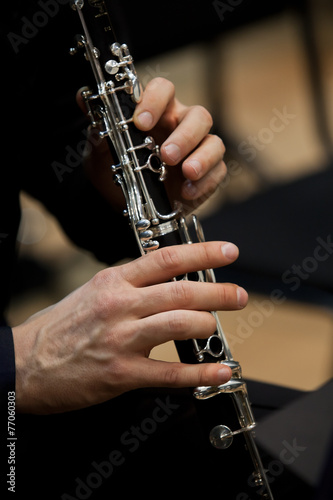 Photo Human hands playing a clarinet closeup