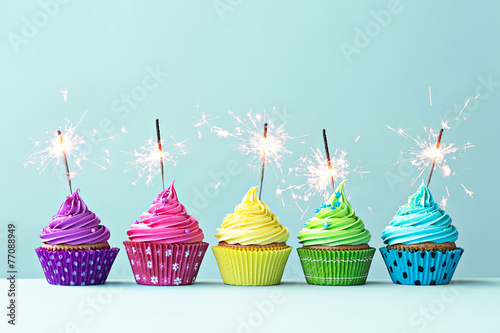 Photo  Colorful cupcakes with sparklers