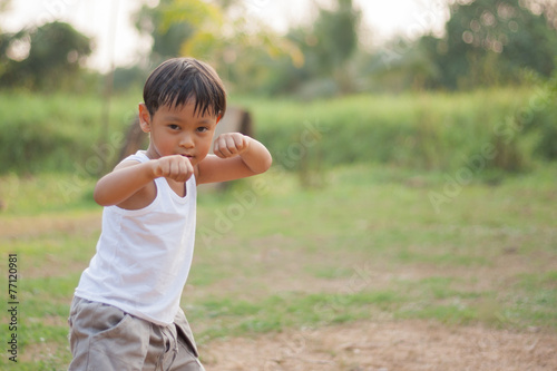 Fotografia  happy young asia boy  playing kungfu having fun