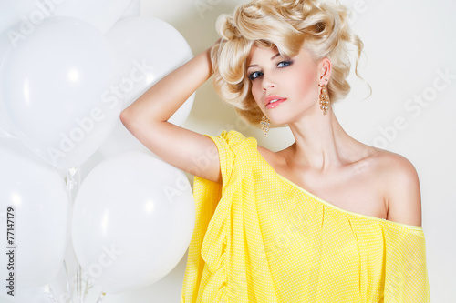 Photo  Studio portrait of a stunning beauty blonde.