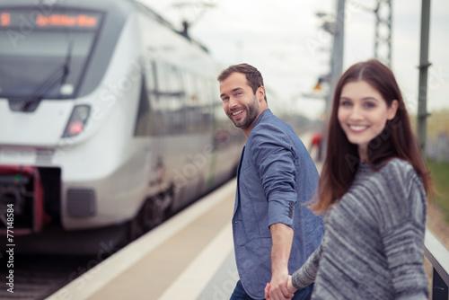 Fotografía  Glückliches paar geht zum Zug
