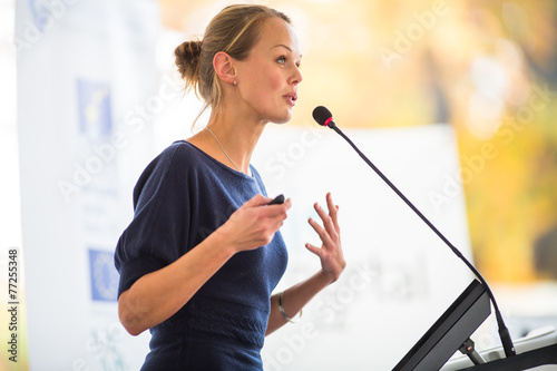 Fotografía  Pretty, young business woman giving a presentation
