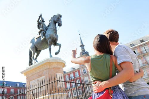 Foto  Madrid tourists on Plaza Mayor looking at statue