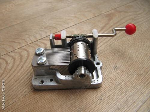 Maquina musical en tabla de madera. Poster