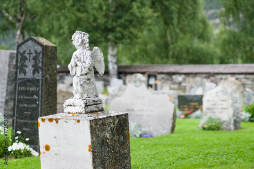 Deurstickers Begraafplaats Gravestone statue of praying angel at cemetery