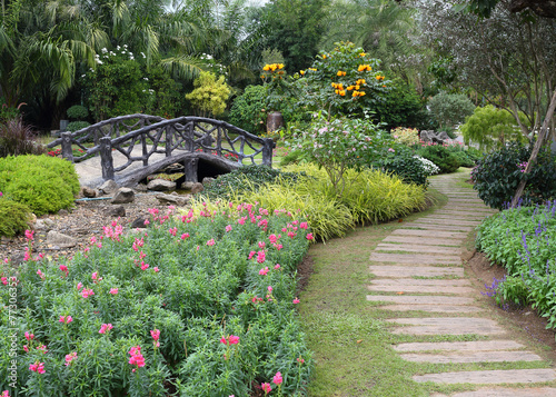In de dag Olijf landscape of floral gardening with pathway and bridge in garden