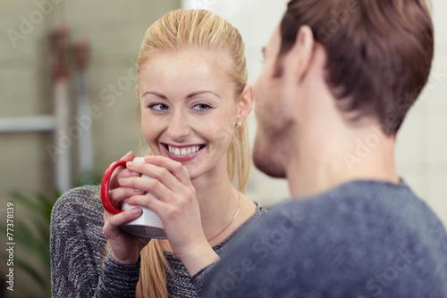 frau mit einer tasse kaffee unterhält sich mit ihrem freund Fototapet