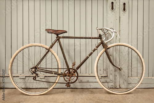 Tuinposter Fiets Vintage racing bicycle in an old factory