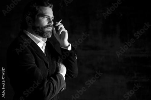 Fotografía Retrato de hombre serio fumando con traje