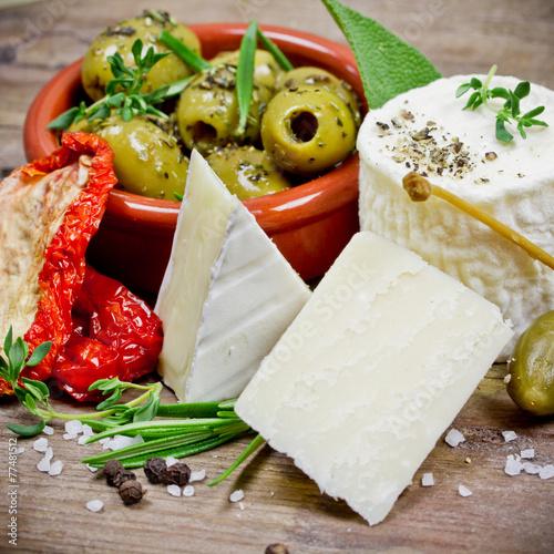 Käse und Oliven - 77481512