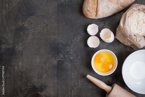 In de dag Bakkerij Baking background with eggshell, bread, flour, rolling pin
