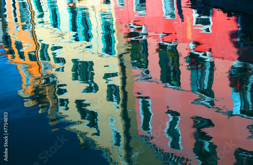 fototapeta na szkło odbicie na wodzie z kolorowych domów
