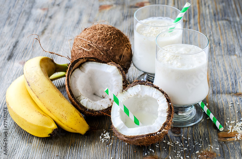 Fotografía  Coconut milk smoothie drink with bananas on wooden background