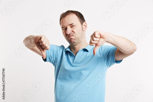 Photo Mann zeigt mit beiden Händen Daumen runter