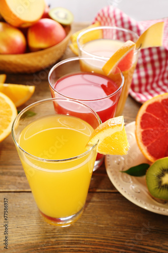 Poster Sap Fresh juices with fruits on wooden table