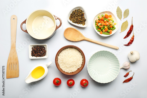 Fotografía  Food ingredients and kitchen utensils for cooking isolated