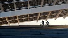Dos Ciclistas Paseando Debajo ...