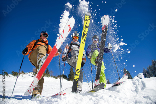 troje-narciarzy-pozujacych-do-zdjecia