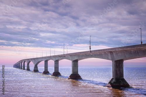 Naklejki na meble Most Konfederacji o zachodzie słońca w Kanadzie