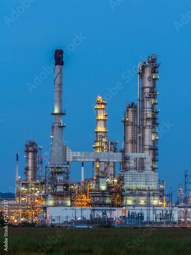 Staande foto Industrial geb. Oil Refinery in daytime