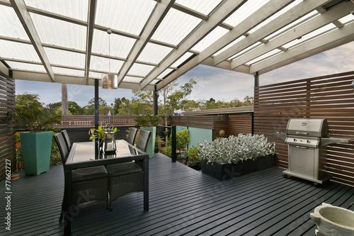 Fotografia  backyard cozy patio area with wicker furniture set