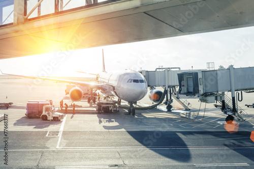 Zdjęcie XXL załadunek samolotu na lotnisku o zachodzie słońca