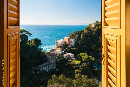 Widok na wzgórza otaczające Portofino widziane przez okno