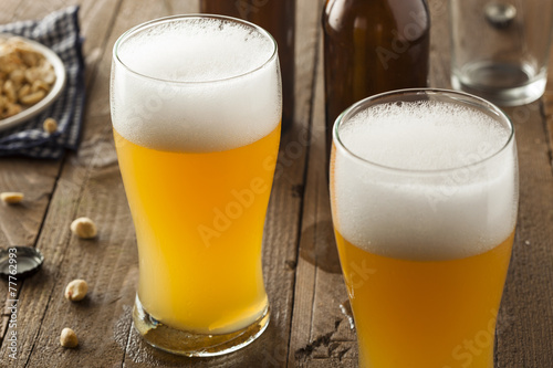 Fotografering  Resfreshing Golden Lager Beer