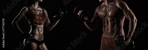 Fotografia  Bodybuilding. Strong man and a woman posing on a black backgroun