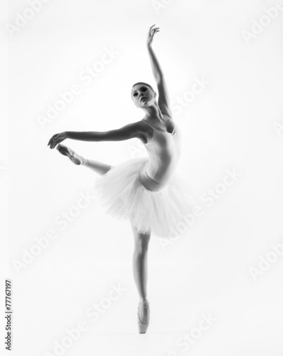 Foto  Black and white image of a young beautiful ballet dancer