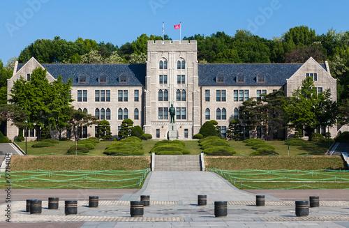 Naklejka premium Główny budynek Uniwersytetu Koreańskiego w Seulu w Korei Południowej.